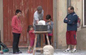 Alfons Gil treballant amb pedra